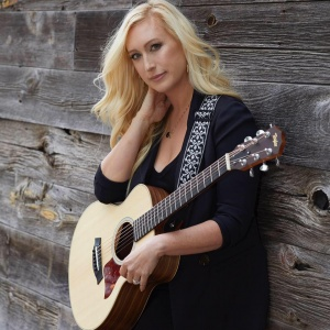 Singer with Guitar Emme Lentino